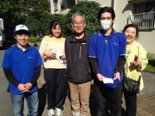 お客様は親御様と3人で片付け作業を行うため、これまで熊本から福岡へ遺品整理をするために7回も整理作業へ来られていたそうです。自分達でできる範囲は3人で協力して 続けていたものの、体力的にも限界を感じ始めて残りの作業はプロにお願いしようと 思ったそうです。そこでスマートホンで業者探しをはじめました。何でも屋、便利屋と 検索をしていたところ、福岡No1「お客様の声」を獲得する福岡の便利屋という言葉に目がとまり何でも片付けお掃除し隊のホームページにたどり着きました。「とても感じがよくて他の便利屋とは違って片付けを専門でやっており、スタッフのみなさんも最初の ページに登場されていてとても好感がもてました。お客様の声の多さに一番びっくり しました。実際に読ませていただいて依頼することをきめました。」と嬉しいお言葉からお問い合わせのご相談は始まりました。福岡へ到着後お見積にお伺いし後日作業をさせていただくことになりました。「さすが片付け専門でやっている便利屋ですね!私たちと 違って作業の要領もよく早くて丁寧で安心してお任せできました。しかもお掃除まで やっていただいて本当に助かりました。何でもやってくれてありがとうございました。」と作業が完了したお部屋をみてお客様はほっとされていました。最後はスタッフ全員と 一緒に写真撮影までご協力いただきました。