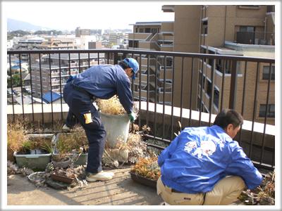 福岡市南区柳瀬の家一軒丸ごと片付隊 春日のベランダ片付け施工中!