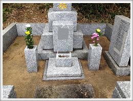 お墓の清掃 お花のお供えとお線香