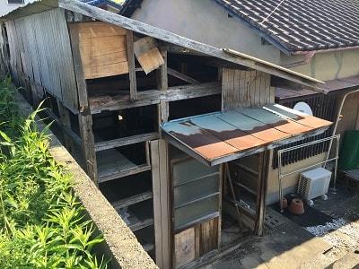 屋根が一部はがれ、使用できなくなった倉庫の解体です。広さ:約12畳 スタッフ3名にて8:30より作業開始。倉庫内はお客様ご自身で片付けられていましたので、さっそく解体作業を開始。まずは、屋根を外します。扉、ガラス窓、壁板、棚をすべて外します。梁、柱を慎重に切断しながら解体作業を進めていきます。